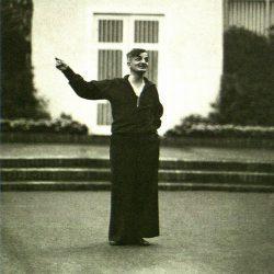 Joachim Ringelnatz bei einem Vortrag auf der Freilichtbühne Hellerau 1926. Foto: G. Jonas