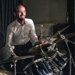 Bernhard Wilhelm: Schlagzeug und präpariertes Schlagzeug. Foto: TMO Bildwelten