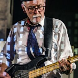 Gerhard Streit: E-bass, Kontrabassbalalaika und Klangeffekte. Foto: TMO Bildwelten